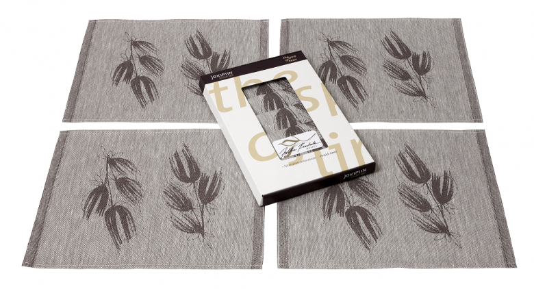 The gift set includes:  4 Sato table mats (45 x 35 cm)